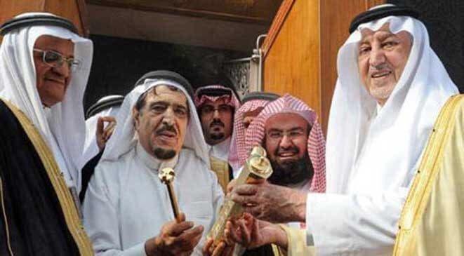 شيخ عبدالقادر الشيبی کعبہ کا نیا تالا اور چابی گورنر مکہ شہزادہ خالد الفيصل کے حوالے کررہے ہیں۔ فائل تصویر