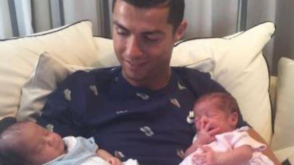 كريستيانو رونالدو وطفليه