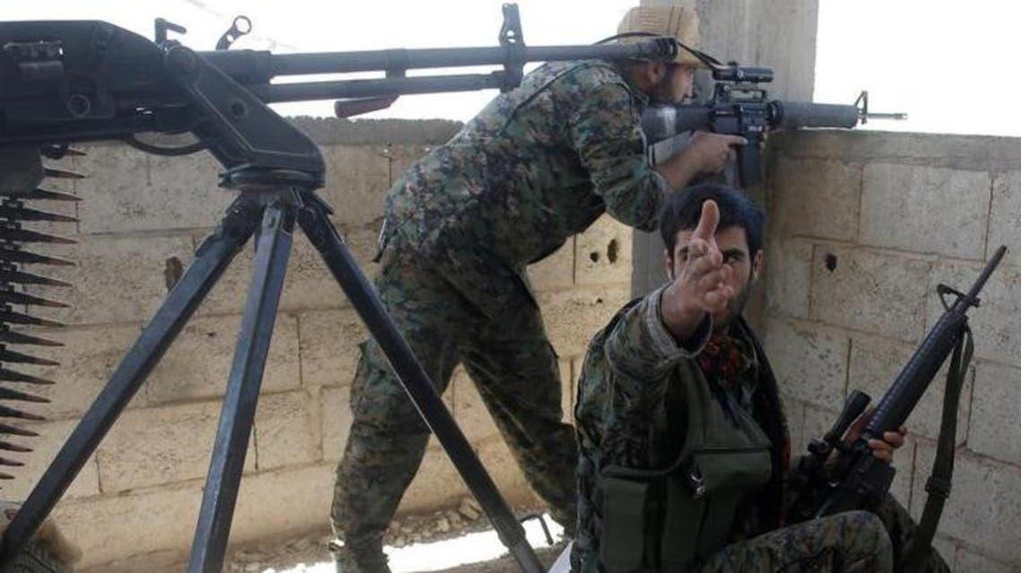 مقاتلون من وحدات حماية الشعب الكردية خلال قتال في الرقة بسوريا يوم 21 يونيو حزيران 2017