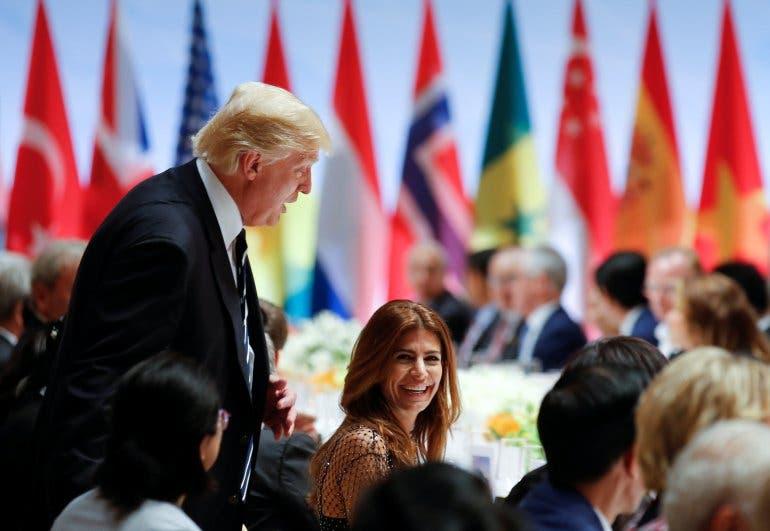 ترمب يتبادل الضحكات مع سيدة الأرجنتين الأولى خلال العشاء