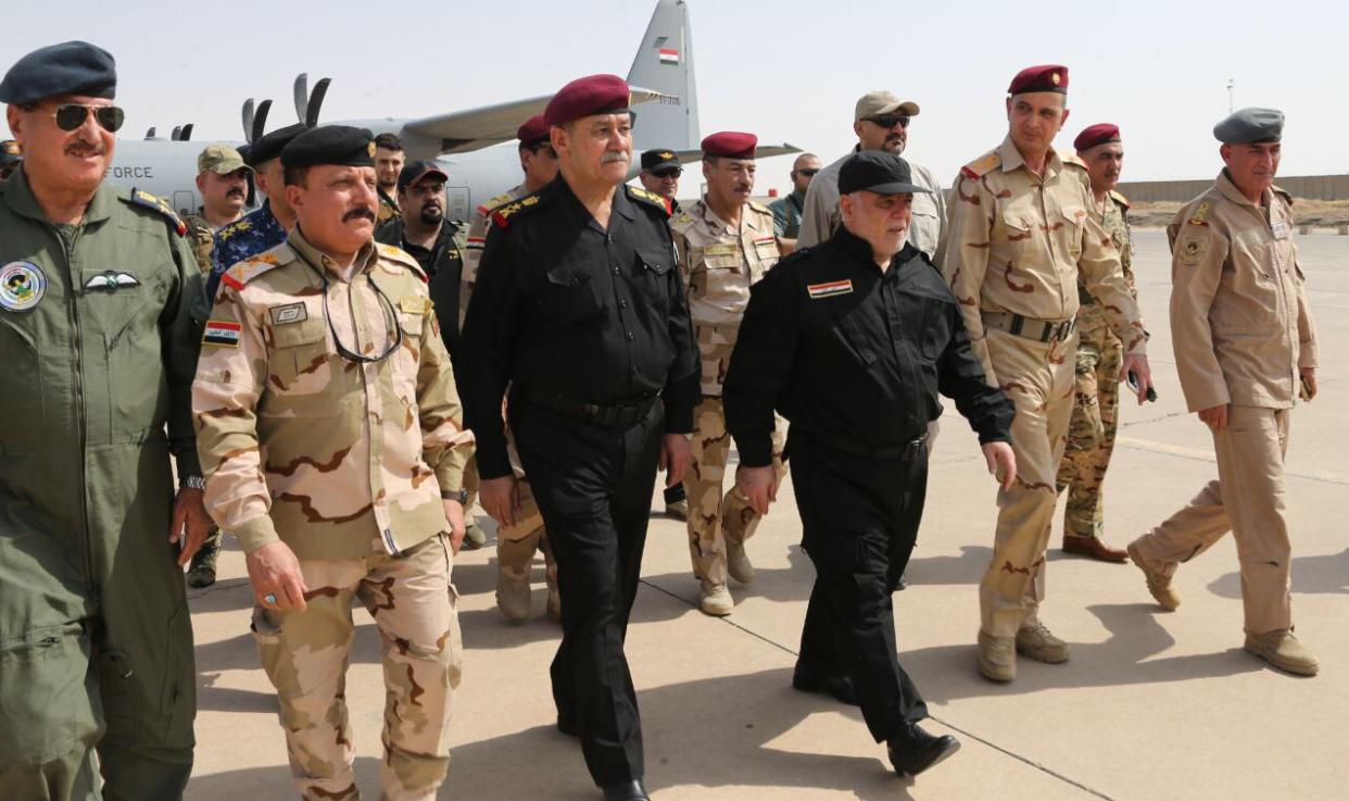 عراقی وزیراعظم حیدرالعبادی موصل میں سکیورٹی افسروں کے ساتھ ۔