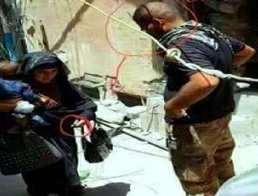 وحين مرت على دورية للجنود العراقيين تأمل واحد منهم بحقيبتها ولم ينتبه للخطر