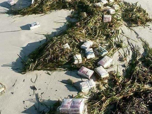 بالصور.. البحر في تونس يلفظ كميات كبيرة من السجائر