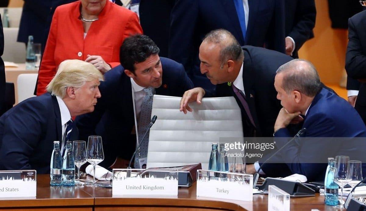در عکس اصلی کسی روی صندلی میان اردوغان و ترامپ ننشسته است