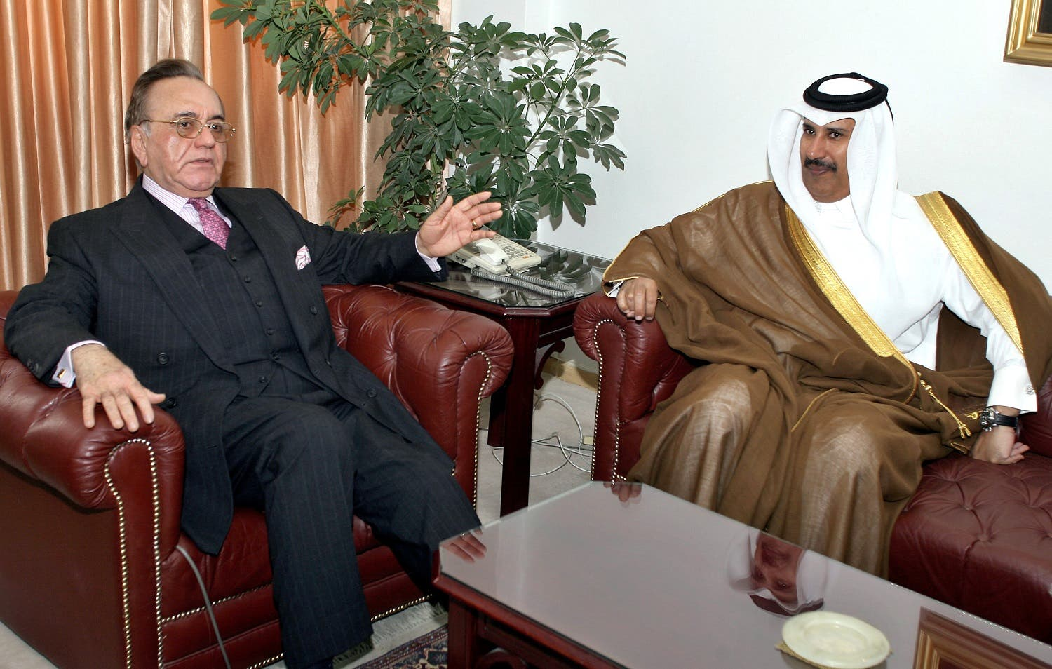 Qatar's then Deputy Premier and Foreign Minister Sheikh Hamad bin Jassim bin Jabor al-Thani (R) with Pakistan's Foreign Minister Khurshid Mahmud Kasuri prior to a meeting in Islamabad, 30 June 2006. (AFP)