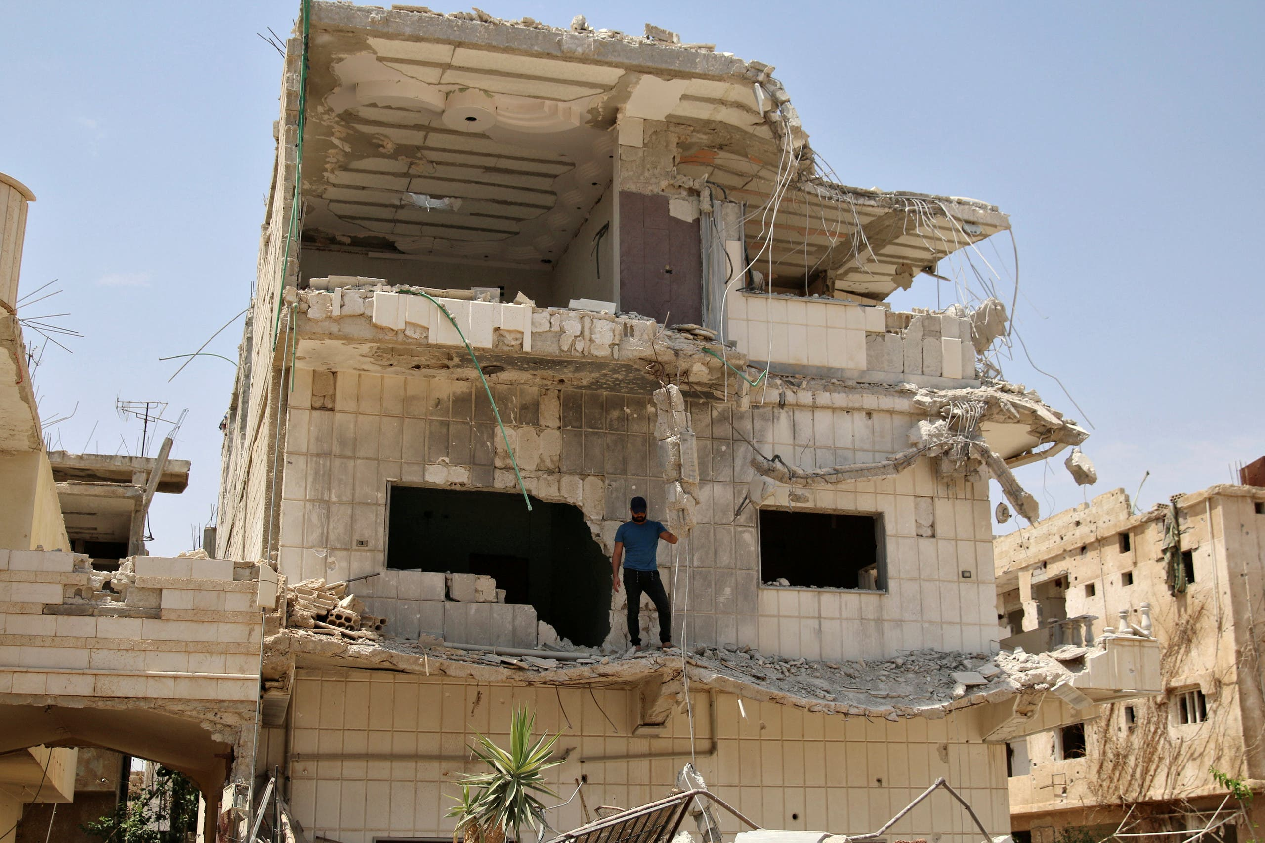 يتفقدون آثار الدمار بعد سريان الهدنة في درعا