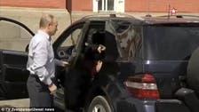 پیوتن کی گاڑی میں سُرخ لباس والی خاتون کون ہیں؟