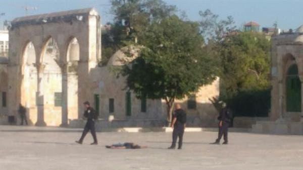 جثة أحد المهاجمين وحولها عناصر من الشرطة الإسرائيلية