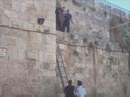 شاهد سلطات الاحتلال وهي تثبت كاميرات لمراقبة الأقصى