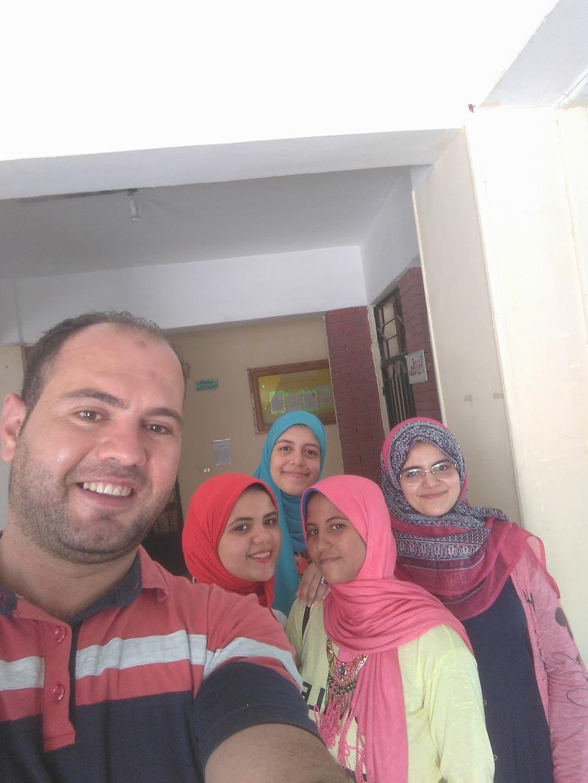 الطالبة المتفوقة مريم مع أحد معلميها وزميلاتها