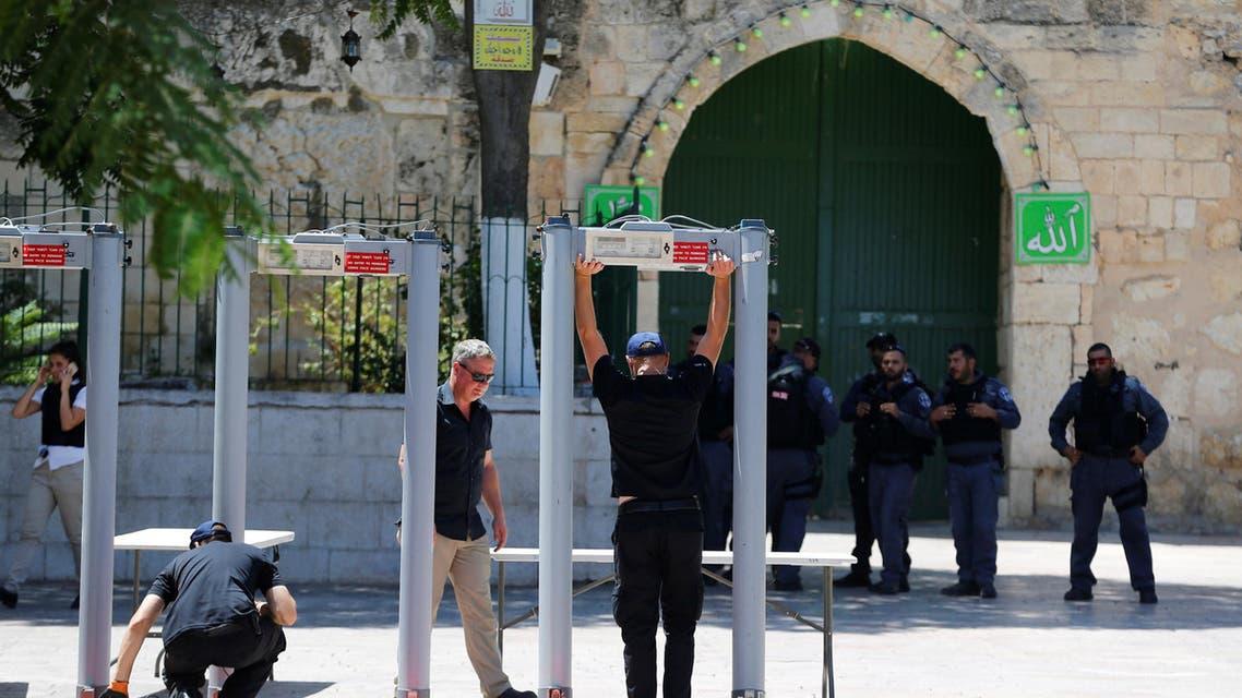 بوابات لكشف المعادن ركبتها سلطات الاحتلال على أبواب الأقصى 16-7-2017