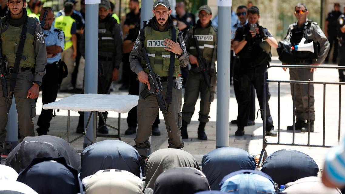 صلاة تحت قيود الاحتلال قرب الأقصى 16-7-2017