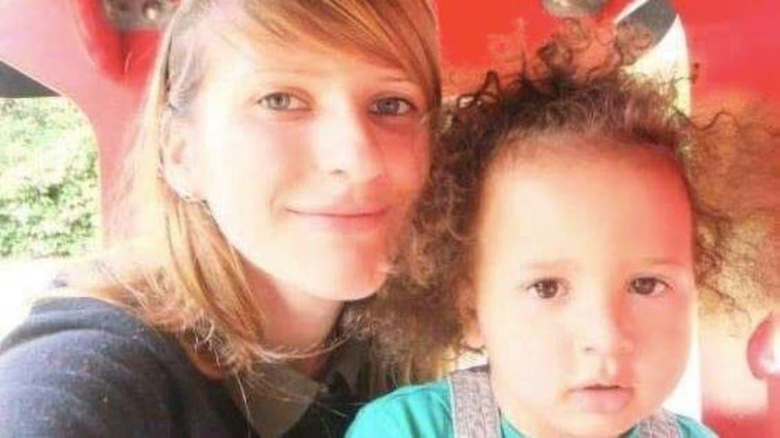 الطفل الضحية مع أمه