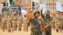 بالصور.. الحوثيون يتحدون عسكريا المخلوع صالح أمام منزله