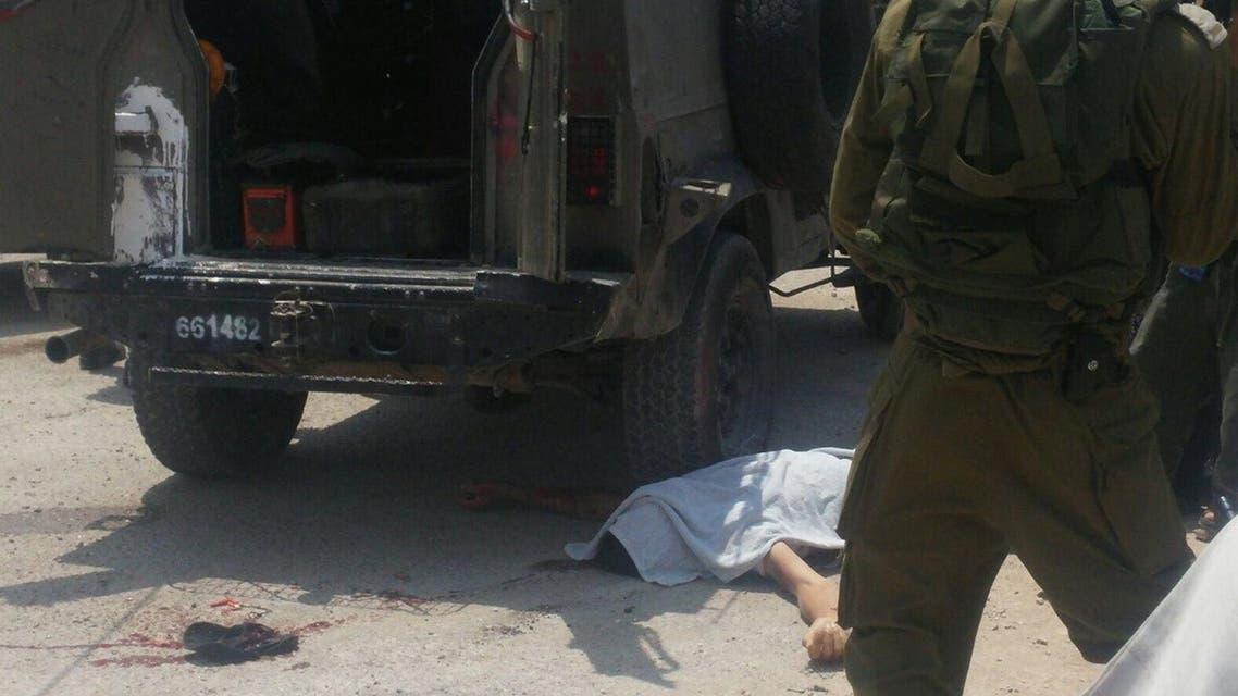 صورة الشاب القتيل قرب عجلات جيب إسرائيلي