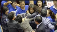 بالفيديو.. معركة داخل برلمان تايوان ابتدرتها النساء