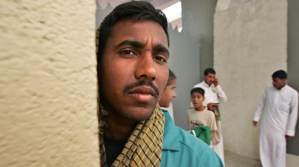 An Indian worker stands behind a wall as he shelters from a sandstorm in on April 18, 2005. (File photo: Reuters)