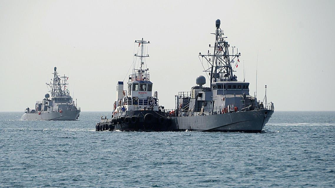 """سفينة """"ثندربولت"""" الأميركية (يساراً)"""