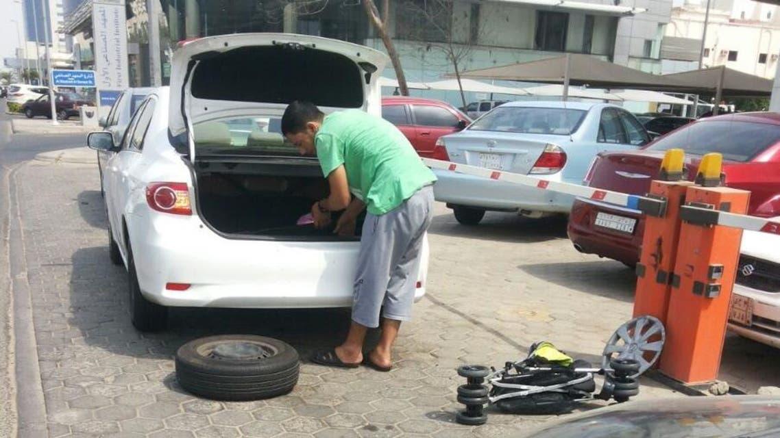 سعوديون يصلحون سيارات الحجاج المعطلة مجاناً