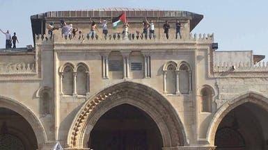 بالصور.. الفلسطينيون يدخلون الأقصى ويرفعون علم فلسطين