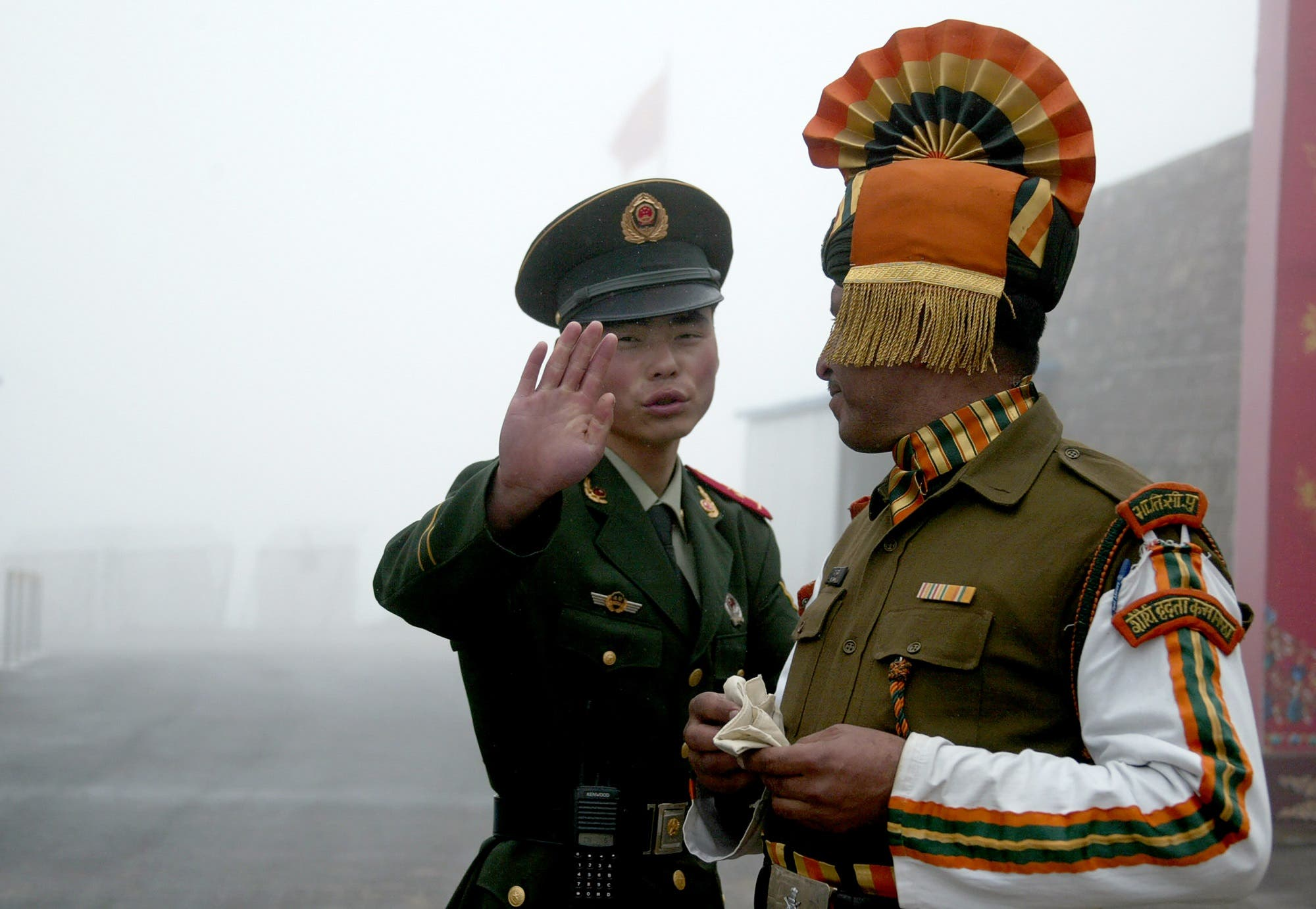 This July 10, 2008 file shows a Chinese soldier (L) next to an Indian soldier at the Nathu La border crossing between India and China in India's northeastern Sikkim state. (AFP)