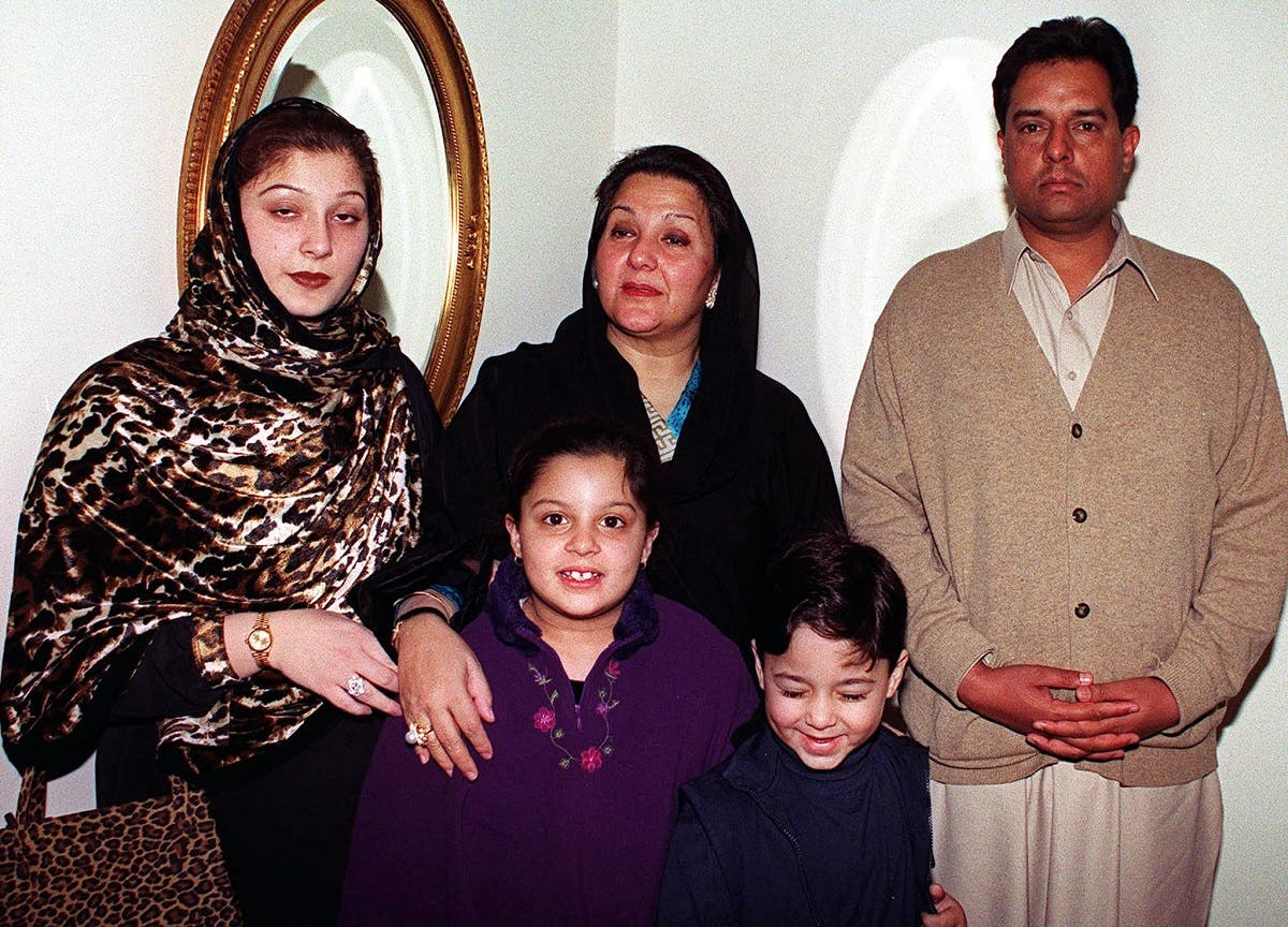 Kulsoom Nawaz (C), wife of ousted Pakistani prime minister Nawaz Sharif, poses with her daugther Maryam Safdar (L), son-in-law Mohammad safdar (R), grandson Junaid and granddaughter Mehrun Nisa, before leaving Pakistan for Saudi Arabia, 10 December 2000. (AFP)