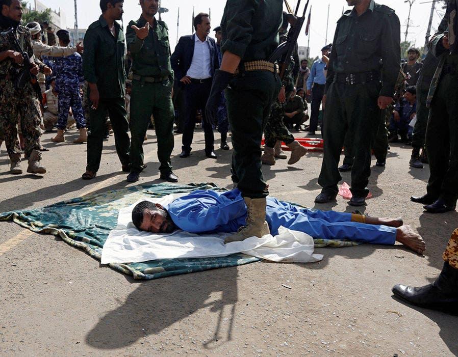المغتصب مسجى على غطاء قبل إطلاق النار على ظهره 5 مرات من مدفع رشاش