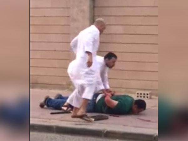 فيديو.. مصري يطعن زوجته اللبنانية أمام أولاده بالكويت