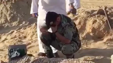"""لقطة وفاء.. دموع قائد تودع جندياً استشهد في """"المسورة"""""""