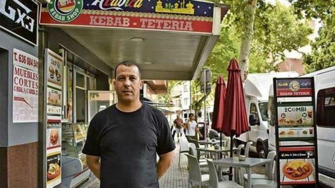 الشاب اللجزائري الھواري سعديني الذي عثر على 77 ألف يورو وردها لأصحابها
