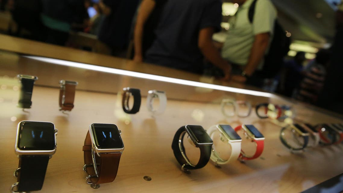 NEW YORK, NY - SEPTEMBER 10: New models of the Apple are viewed in an Apple store on September 10, 2015 in New York City. The Cupertino, California based tech company unveiled new bands and two new finishes for the Apple Watch today. The finishes of stainless silver and rose gold are available at the same price point as the preexisting watch which was released in April. There are now more than 10,000 watch apps available including a GoPro's app acts as a viewfinder for your camera. Spencer Platt/Getty Images/AFP  SPENCER PLATT / GETTY IMAGES NORTH AMERICA / AFP