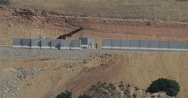 Building of barrier between iran and turkey border