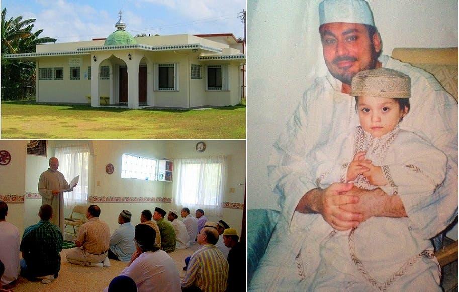 الخوجة وابنه، والمسجد الوحيد بالجزيرة البالغة مساحتها 540 كلم مربع، والامام يعطي درسا بالدين