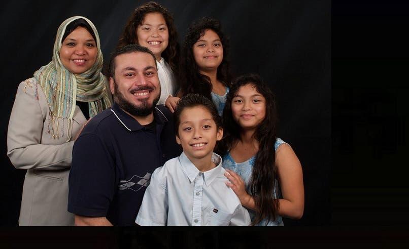 السعودي مهنّد الخوجة وزوجته الغوامية مع أبنائهما التوائم