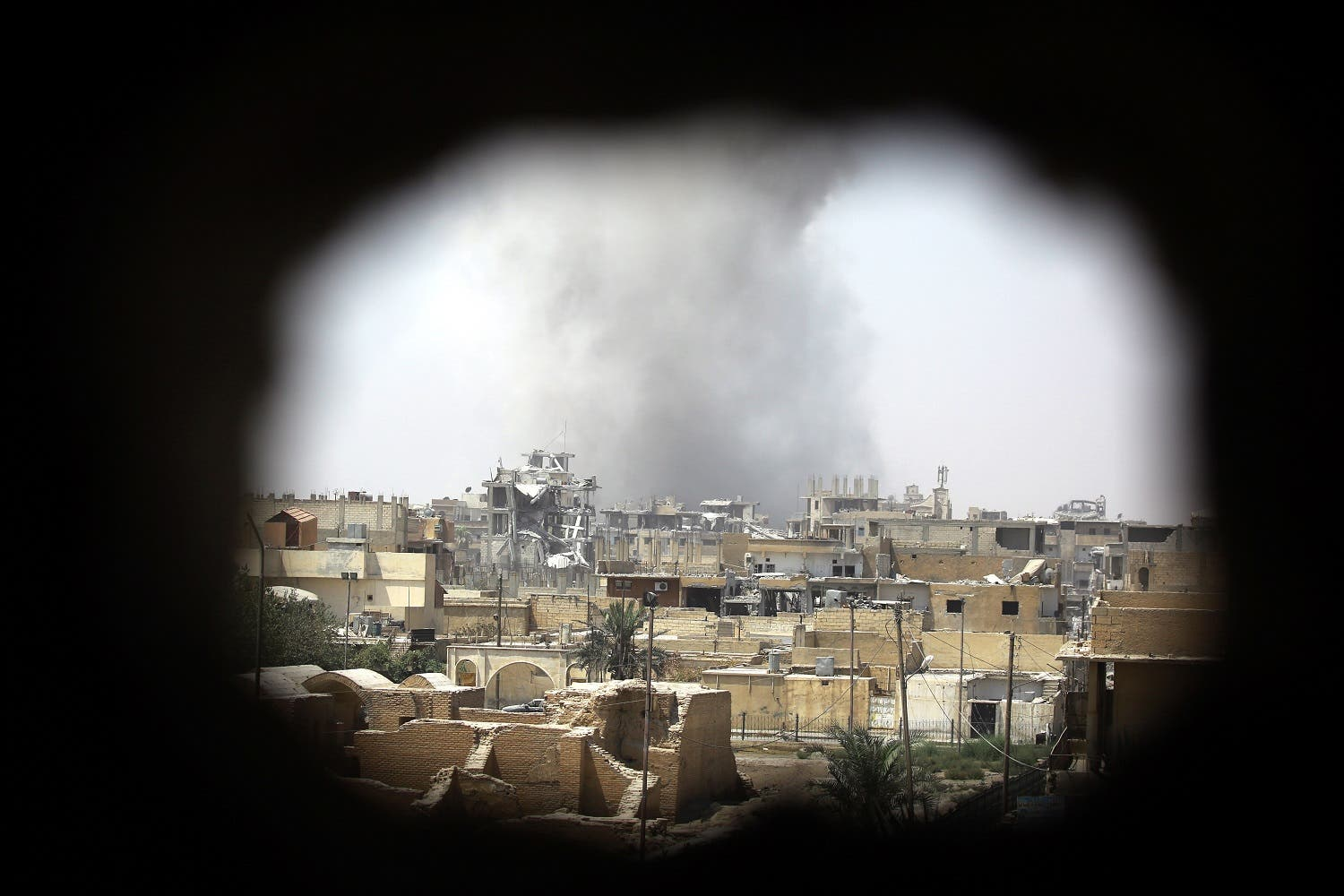 Smoke rises from building in Raqa's eastern al-Sanaa neighbourhood, on the edge of the old city, on August 13, 2017, as Syrian Democratic Forces (SDF), a US backed Kurdish-Arab alliance, battle to retake the city from the Islamic State (IS) group. (AFP)