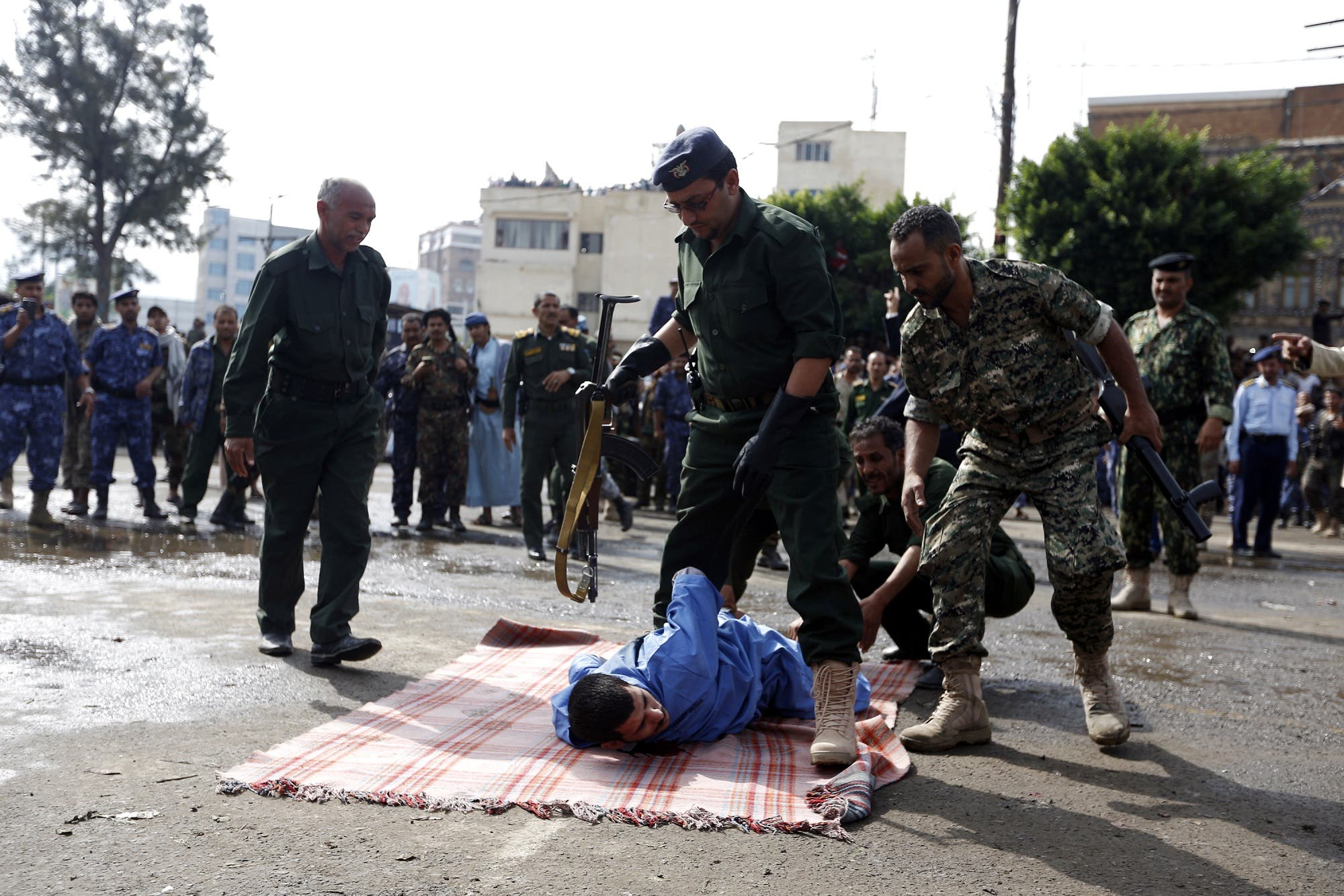 Yemeni security forces prepare to execute a man convicted of raping and murdering a four-year-old girl in the capital Sanaa's Tahrir Square, on August 14, 2017. (AFP)