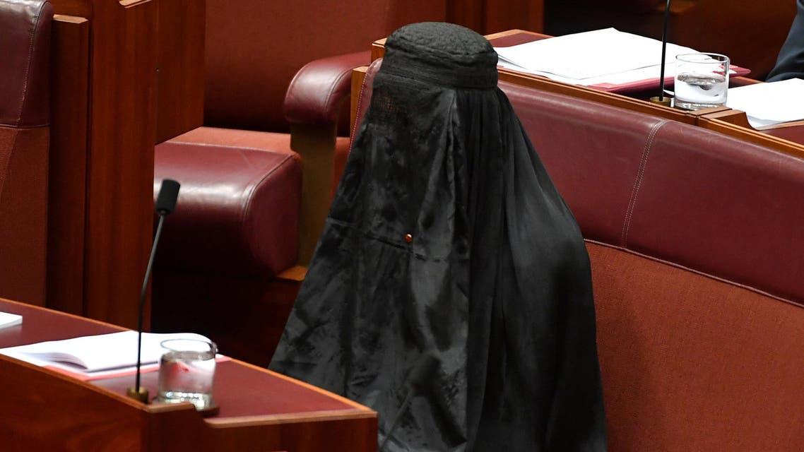 النائبة الأسترالية بولين هانسون ترتدي برقعاً داخل البرلمان في كانبيرا يوم الخميس 17-8-2017