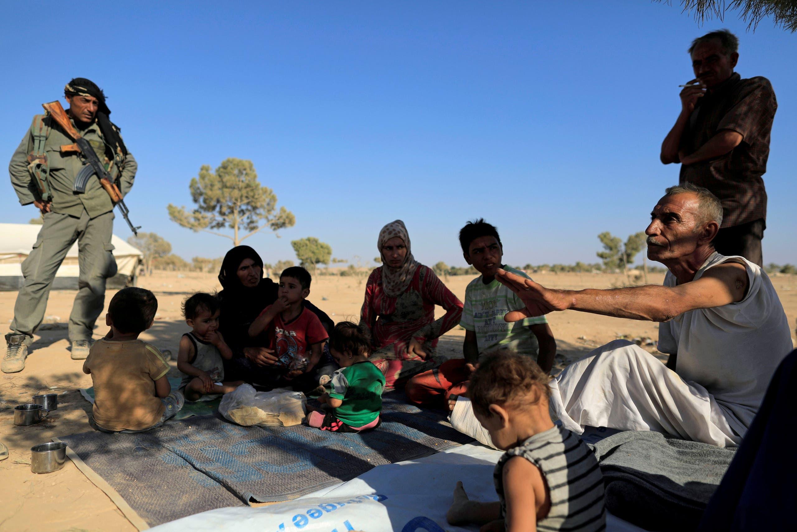 مدنيون فروا إلى غرب الرقة هرباً من الموت