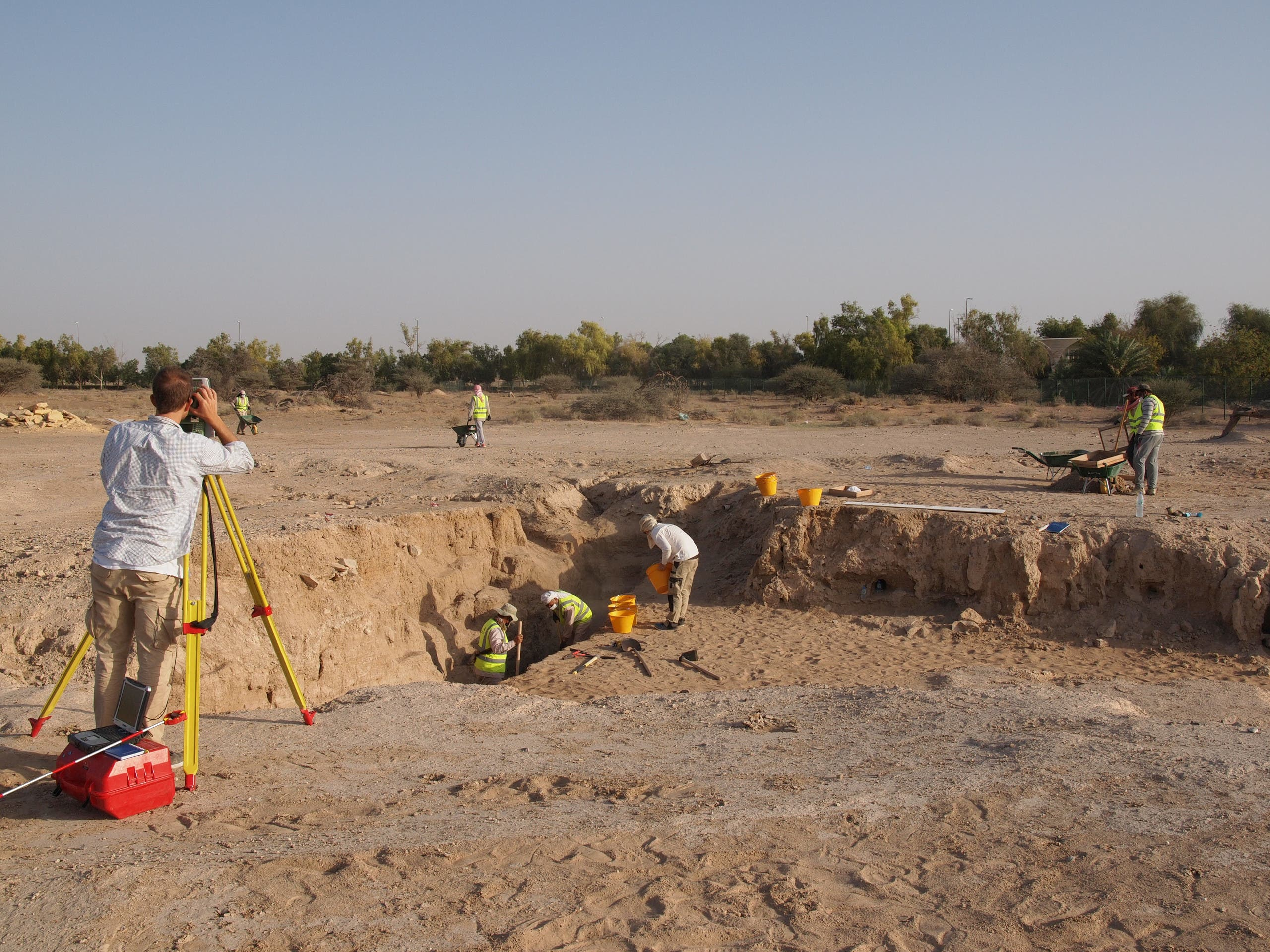 Excavations in progress at Hili 8 using a Total Station for the three-dimensional recording of all artifacts and archaeological layers. (TCA Abu Dhabi)