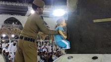 بچّے کو بیت اللہ کا بوسہ دلانے والے سکیورٹی اہل کار کی تصویر کی پذیرائی