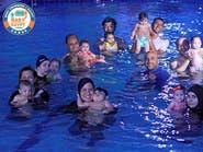 بالفيديو.. أول مشروع بمصر لتدريب الرضع على السباحة