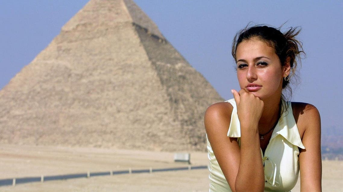 Egyptian actress Hala Shiha poses in front of the Giza pyramids, south of Cairo, 26 June 2001. (AFP)