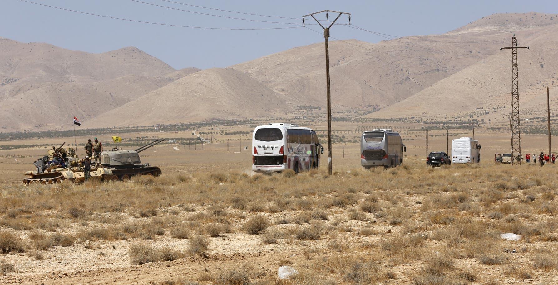 الحافلات التي تنقل عناصر داعش