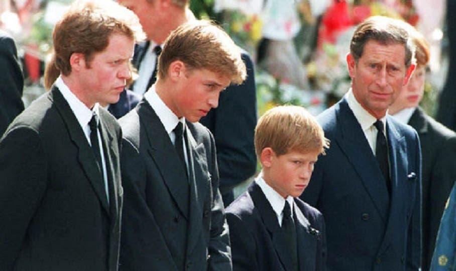 ابناها في التشييع، وكانا بعمر 13 و15 سنة، بين طليقها الأمير تشارلز وشقيقها