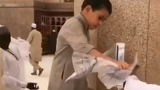 VIDEO: Young boy helps pilgrims at Hajj with simple act of kindness