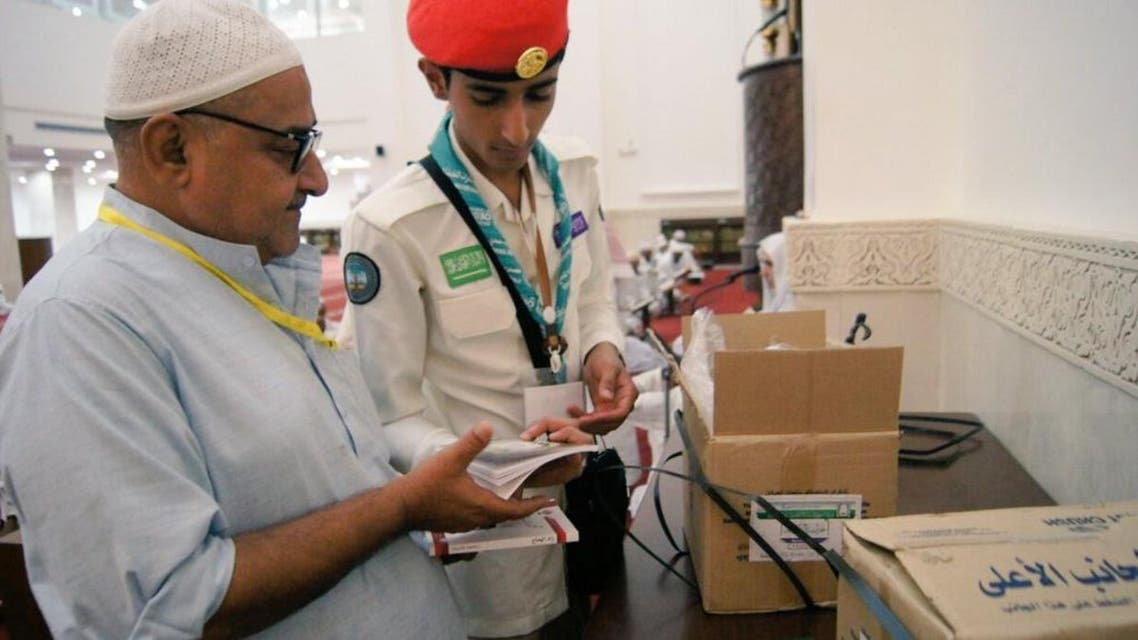 A boy scout from the Ministry of Education's Al-Qassim division assists a Hajj pilgrim this year. (Photo courtesy: @@alqassimedu).