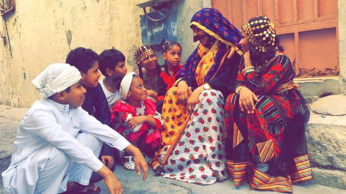 قصة امرأة سعودية تعلم الصغار الأهازيج والألعاب الشعبية