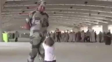 شاهد.. هكذا تطوع هذا الطفل لمساعدة رجال الشرطة