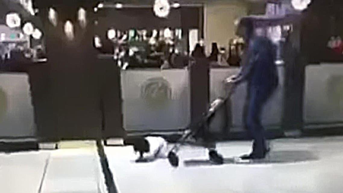 تعذيب طفل في الراشد مول