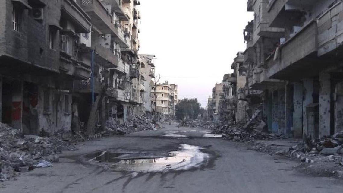 شارع خال على جانبيه ركام من مباني في دير الزور بسوريا